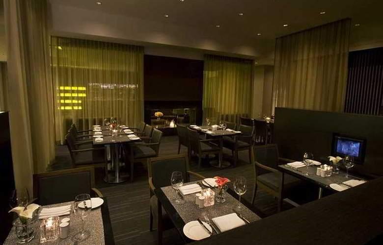 Hilton Toronto Airport Hotel & Suit - Restaurant - 8