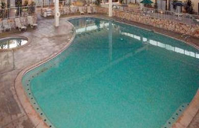 Clarion Hotel & Conference Center - Pool - 5