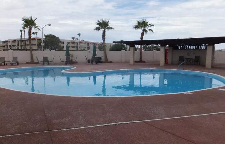 Quality Inn & Suites Lake Havasu City - Pool - 8