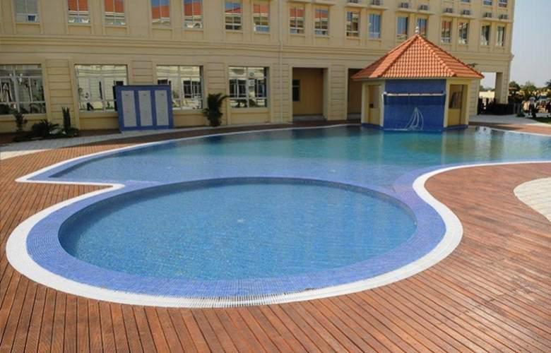 Ritz Victoria Garden - Pool - 22