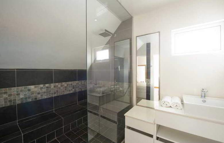 Cape Bay Luxury Beach Apartments By BARNES - Room - 18