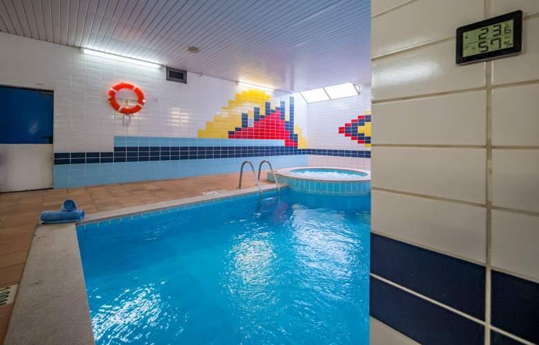 Golden Avenida Suites - Pool - 12