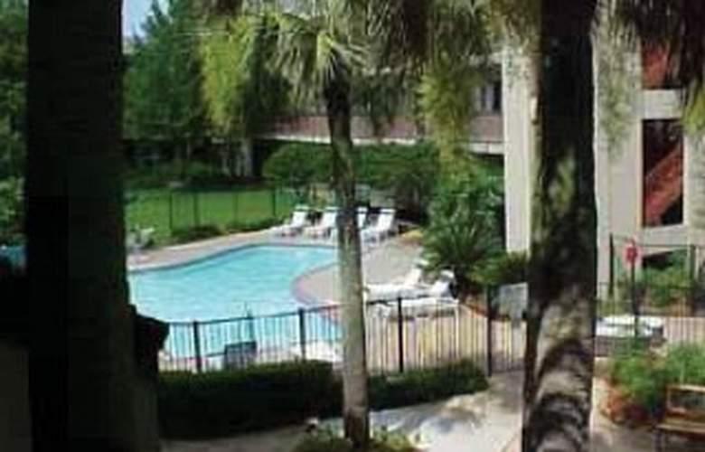 Quality Suites Bluebonnet Center - Pool - 2