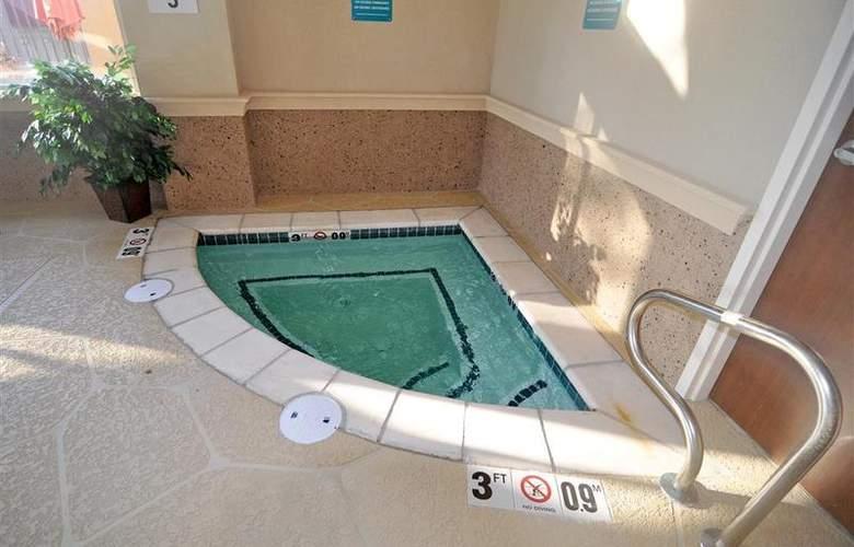 Best Western Plus Jfk Inn & Suites - Pool - 34