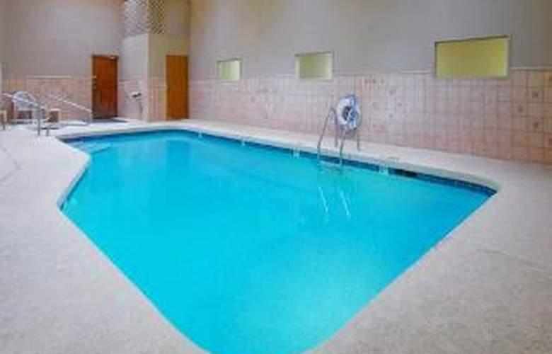 Rodeway Inn & Suites - Pool - 4