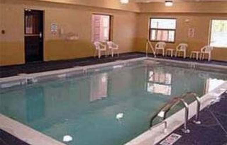 Comfort Suites Airport - Pool - 4
