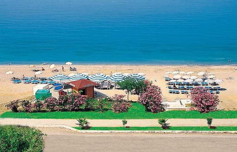 Doris Aytur - Beach - 8