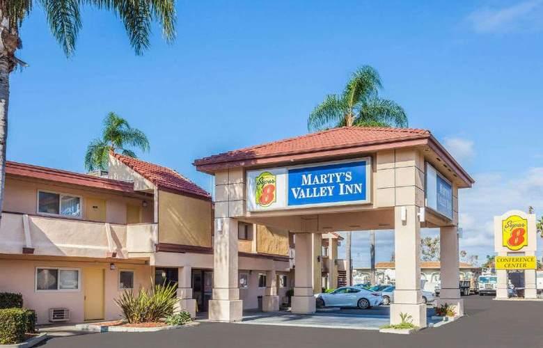 Super 8 by Wyndham Oceanside Marty's Valley Inn - Hotel - 0