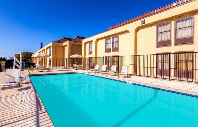 Baymont by Wyndham Amarillo East - Pool - 3