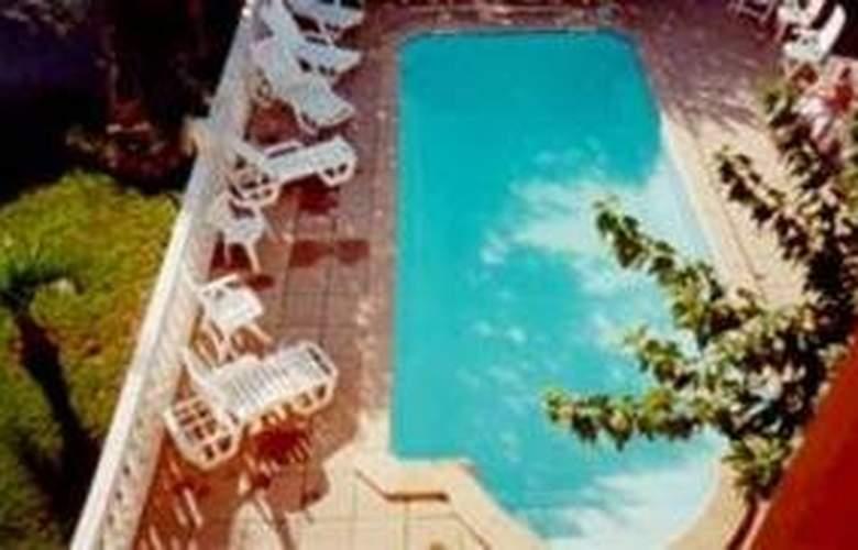 Comfort Hotel Istres - Pool - 2