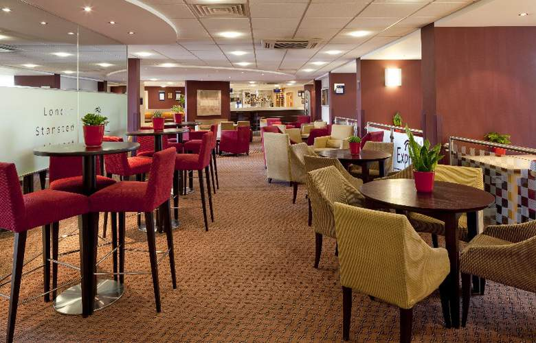 Holiday Inn Express Stansted Airport - Bar - 16