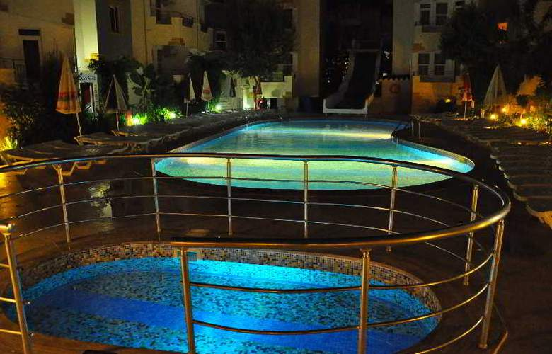 Midnight Sun Hotel - Pool - 17