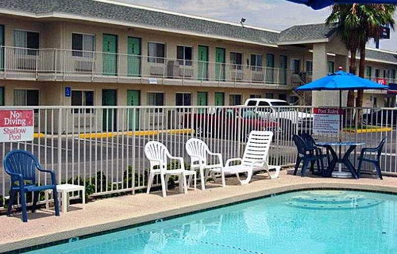Motel 6 Kingman East - Pool - 3