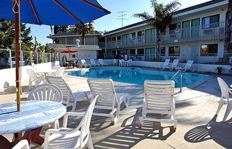 Motel 6 Sacrmento West - Pool - 3