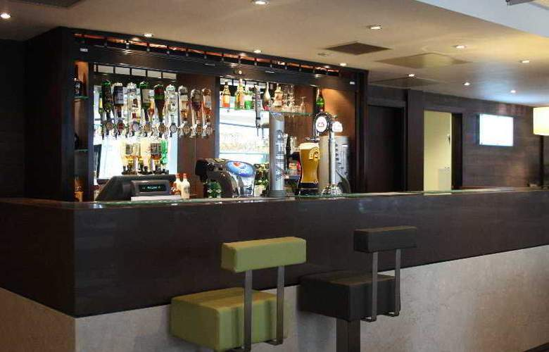 Holiday Inn Express London Stratford - Bar - 20