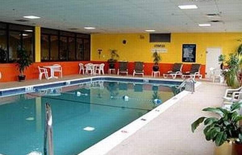 Ramada East Hartford - Pool - 6