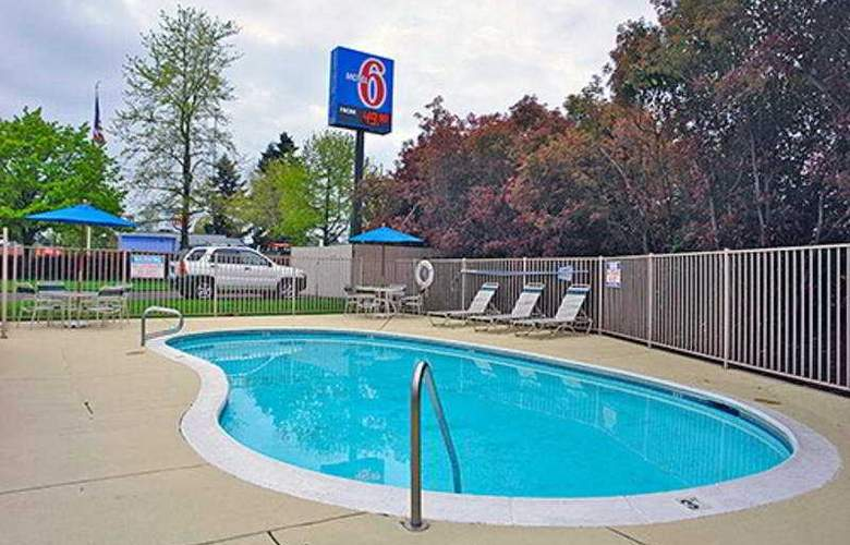 Motel 6 Tigard West - Pool - 3