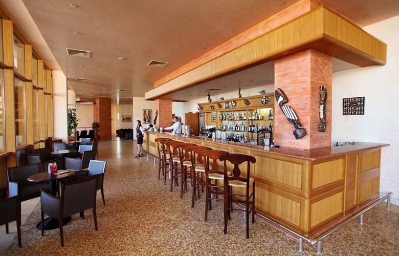 Majestic Beach Resort - Bar - 15