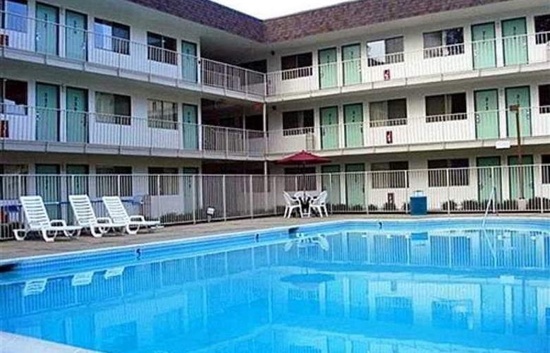 Motel 6 Williamsburg - Pool - 6