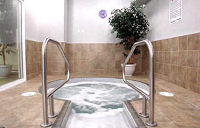 Best Western Plus King George Inn & Suites - Pool - 4