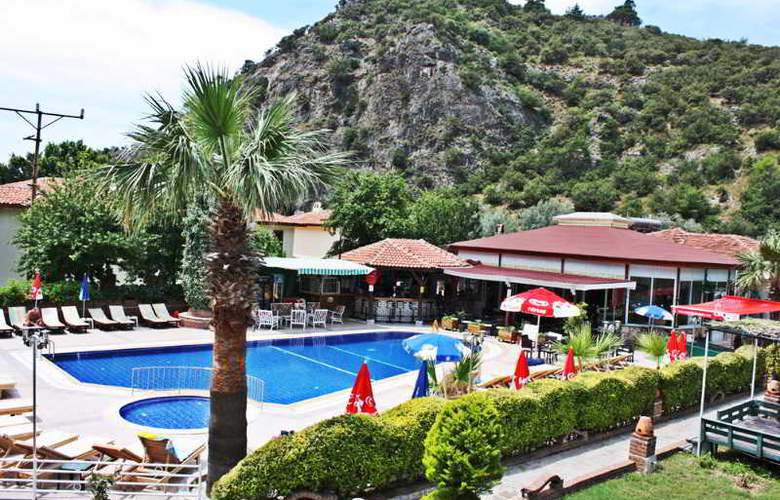 Majestic Hotel - Pool - 8