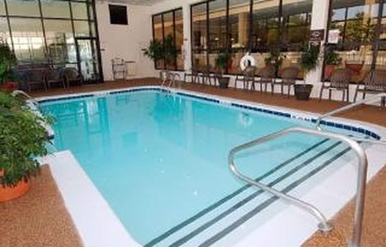 Clarion Inn Airport - Pool - 5