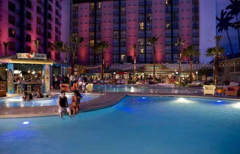 OYO Hotel & Casino - Pool - 4