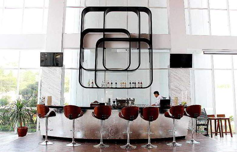Hariston Hotel & Suites - Bar - 4