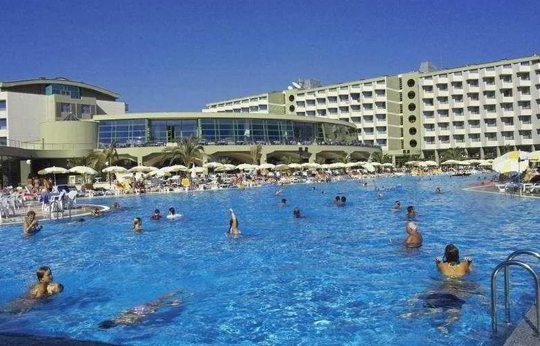 Golden Coast Resort - Pool - 4