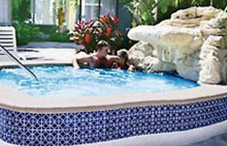 Royal Islander Hotel - Pool - 2