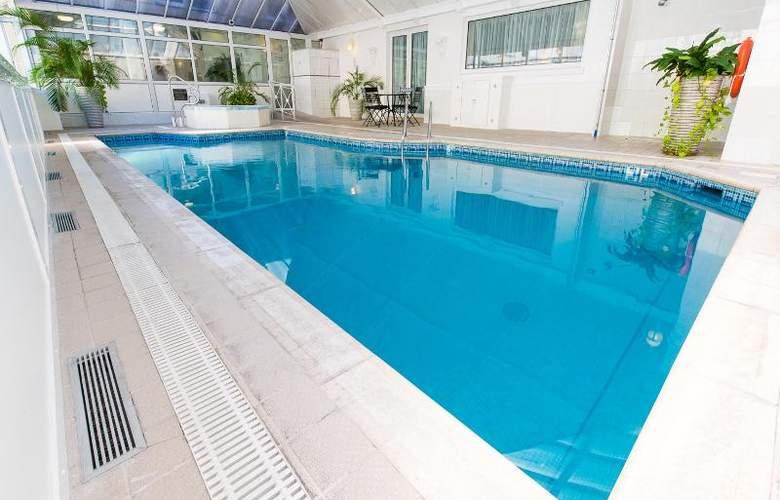 The Monterey - Pool - 26
