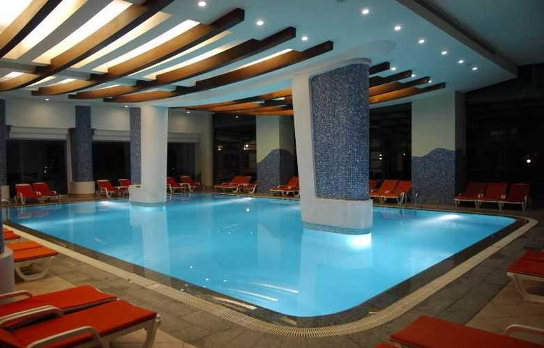 Golden Coast Resort - Pool - 22