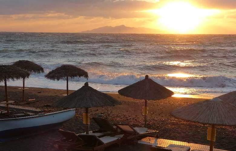 Black Sand Hotel - Beach - 17