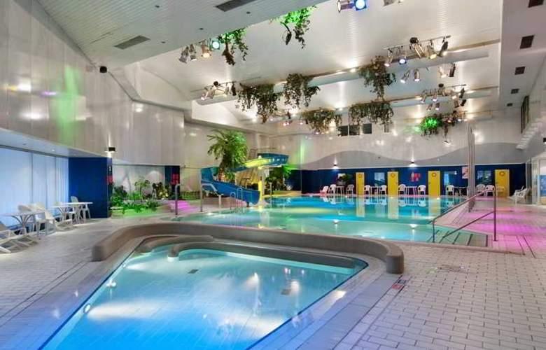Crowne Plaza World Trade Centre - Pool - 3