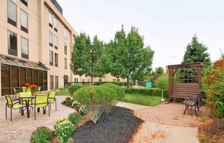 Hampton Inn Clinton - Terrace - 36