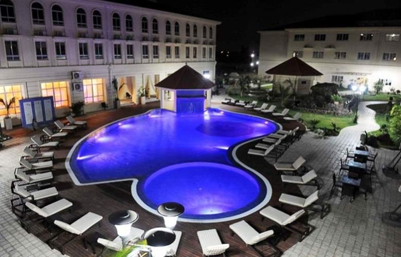 Ritz Victoria Garden - Pool - 3