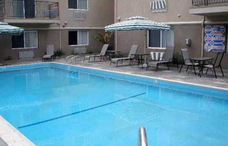 Comfort Inn Cockatoo - Pool - 4