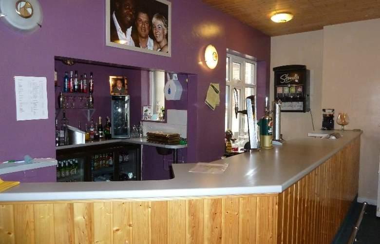 Coasters Hotel & Holiday Apartments - Bar - 17