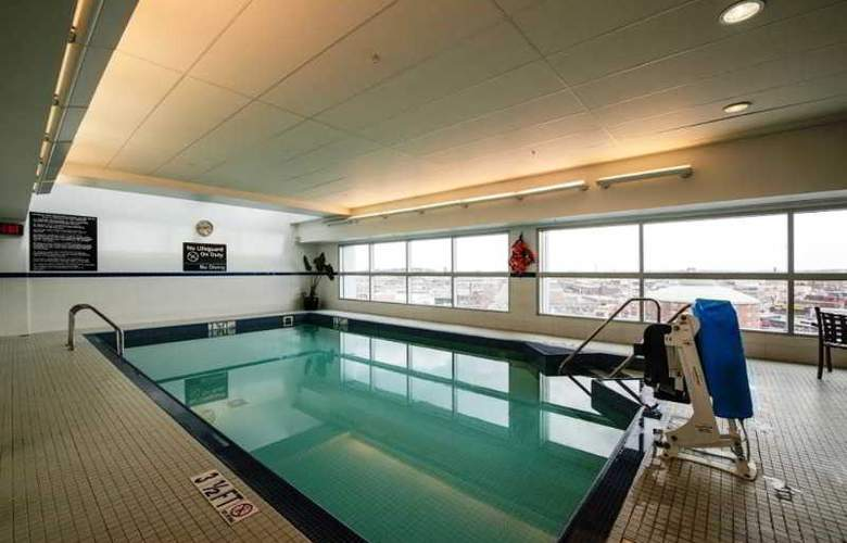 Hampton Inn & Suites Boston Crosstown Center - Pool - 7