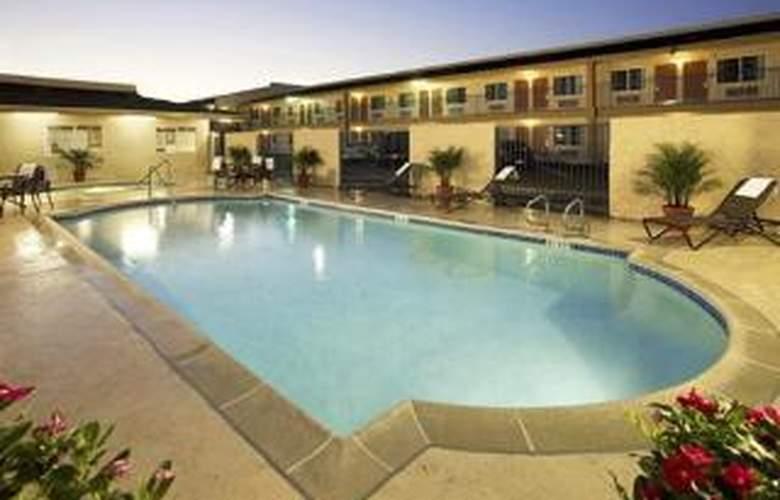 Rodeway Inn Ontario Mills Mall - Pool - 5