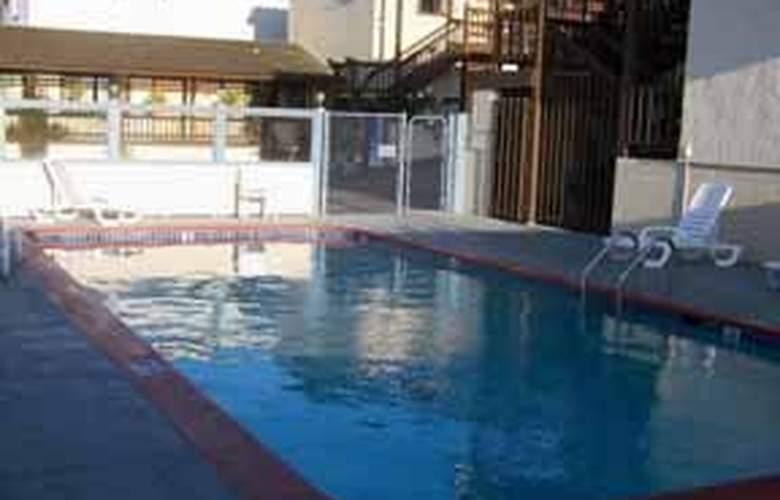 Econo Lodge Monterey Fairgrounds - Pool - 5