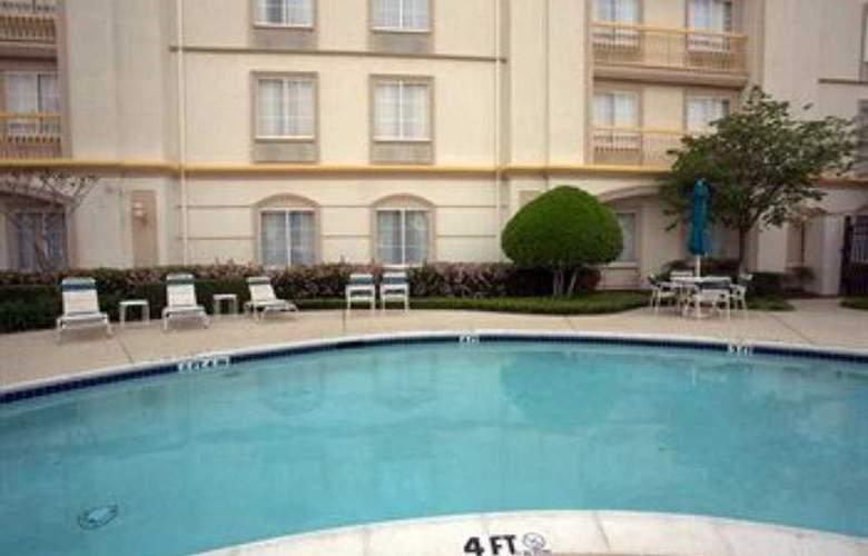 La Quinta Inn & Suites Dallas Arlington South - Pool - 9
