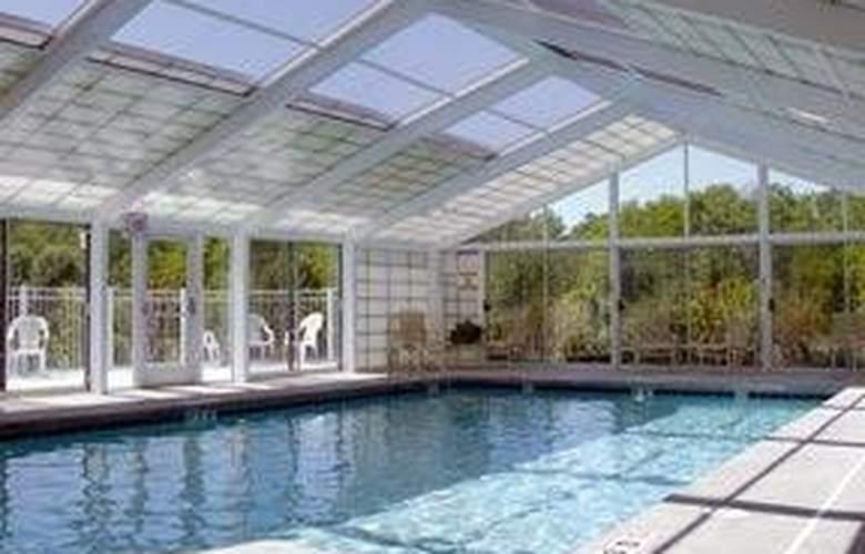 Quality Suites - Pool - 3