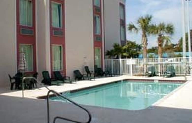 Comfort Inn & Suites - Pool - 3