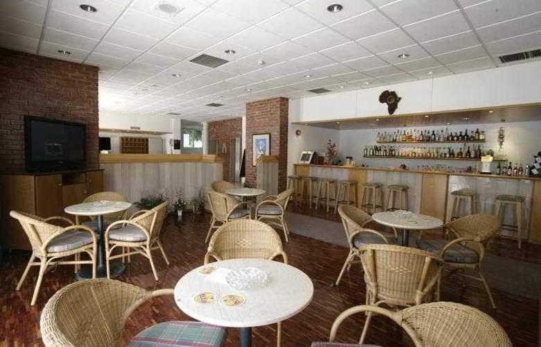 Blue Crane Hotel Apts - Bar - 7