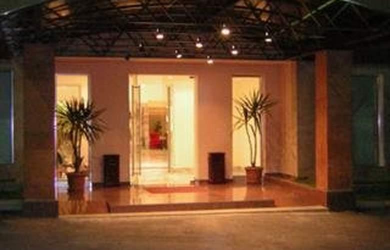 Regineh Hotel - Hotel - 0