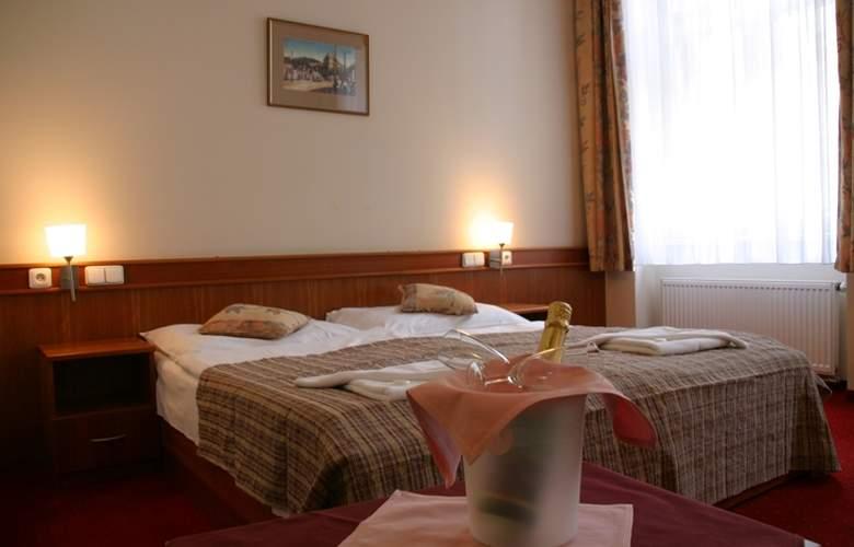 Alton Praga - Room - 8