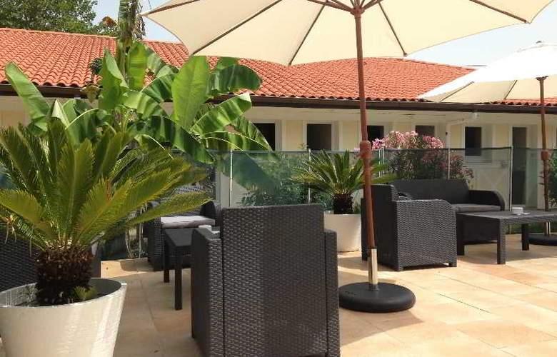 Inter-Hotel Le Lodge - Terrace - 4