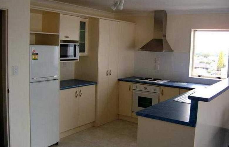 Breakwater Apartments - Room - 4