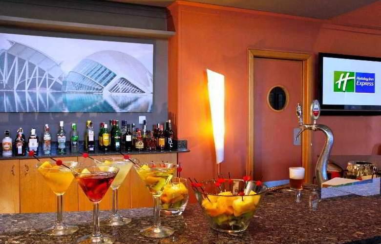 Holiday Inn Express Ciudad de las Ciencias - Bar - 7